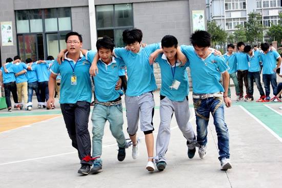 """杭州新东方烹饪学校""""趣味大赛""""之5人6足运动竞走教程视频手控图片"""